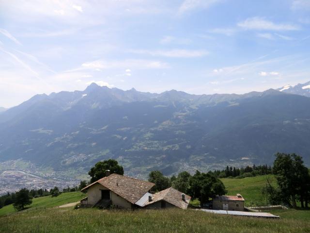 Panorama sugli alpeggi della conca di Pila