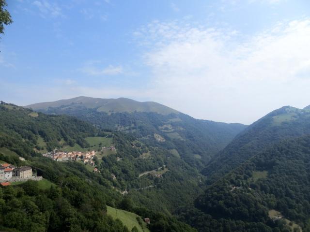 Alta Val di Muggio - Roncapiano, Scudellate, sullo sfondo il Monte di Orimento (Val d'Intelvi)