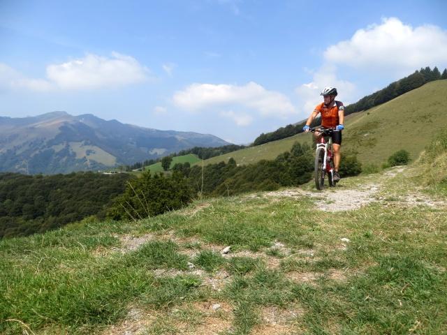 Il largo sentiero che taglia le pendici del Poncione di Cabbio in direzione del Dosso d'Arla