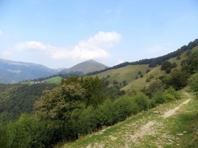 Il sentiero in direzione del Dosso d'Arla - panorama sull'Alpe Bonello con sfondo su Generoso e Pizzo della Croce