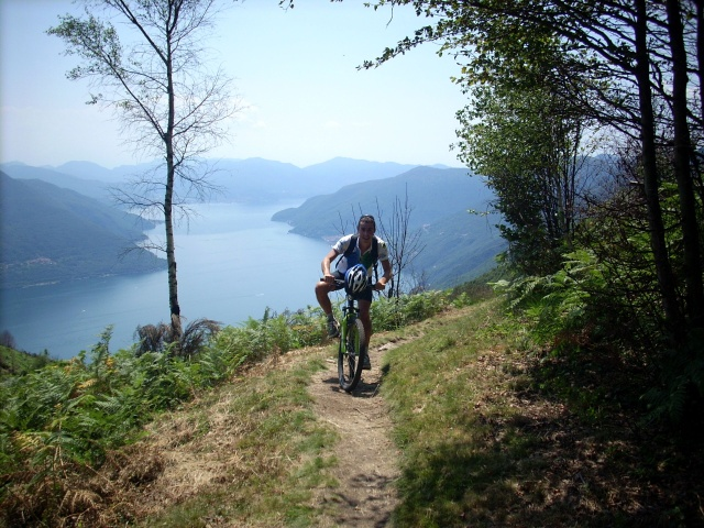 Single track per Rasa con vista lago