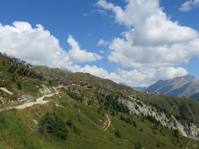 Salita all'Aletschbord, sullo sfondo il Bettmerhorn e l'Eggishorn