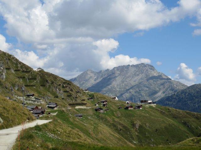 Salita all'Aletschbord, sullo sfondo il Bettmerhorn e l'Eggishorn e l'Hotel Belalp