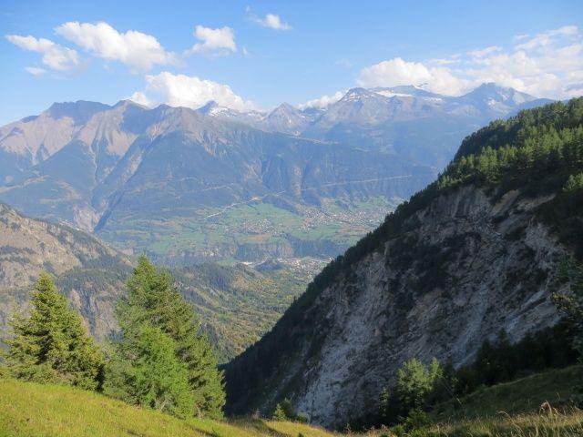 Sentiero per Nessel, sullo sfondo Ried-Brig, Rosswald ed i sovrastanti rilievi collocati sul confine Italo-Svizzero
