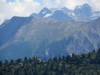 Panorama dall'Aletschbord di Belalp: in primo piano Villa Cassel di Riederalp, sullo sfondo la salita di Furggerchaeller ed oltre il Monte Cervandone (Alpe Devero)