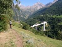 Single-track verso Gantertal- sullo sfondo la strada del Sempione