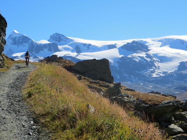 Salita al Rifugio Oriondè Duca Degli Abruzzi - Fantastico panorama sui ghiacciai del Breithorn, Testa Grigia, Piccolo Cervino e Gobba di Rollin