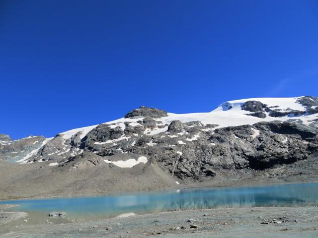 Laghi Cime Bianche, sullo sfondo il Testa Grigia e la Gobba di Rollin separati dal ghiacciaio di Valtournenche