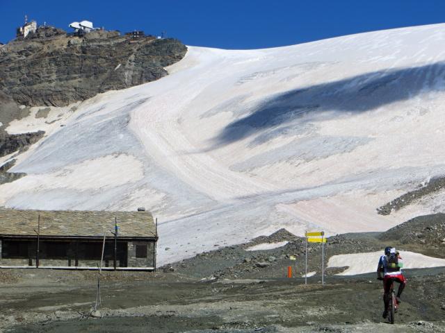 La pista che scende dal testa Grigia lungo il ghiacciaio di Valtournenche