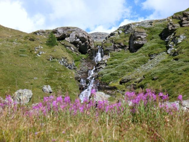 Vallone di Mascognaz - panorama su cascata