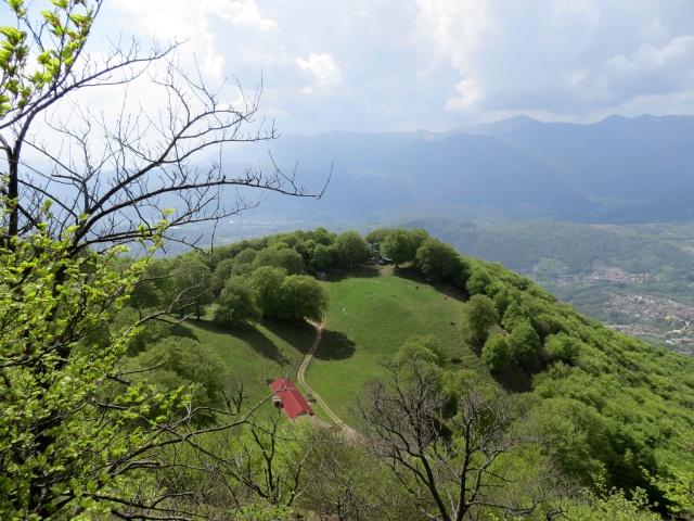 Panoramica dell'Alpe Bolla dal sentiero per la vetta del Monte Boglia