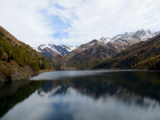 Lago del Luzzone, a destra il Plattenberg ed il Torrone di Garzora, al centro la valle di Garzora