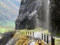Vecchia strada del Sosto, passaggio nelle gole. Scrosci di acqua che scendono dalle pareti verticali