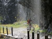 Vecchia strada del Sosto, passaggio nelle gole. Scrosci di acqua che scendono dalle pareti verticali, particolare