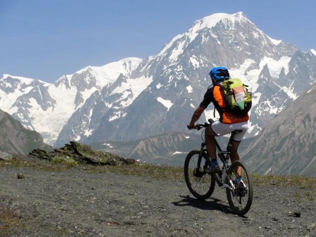 Salita al Colle Belvedere, la vetta del Monte Bianco (mt. 4.810) domina lo scenario