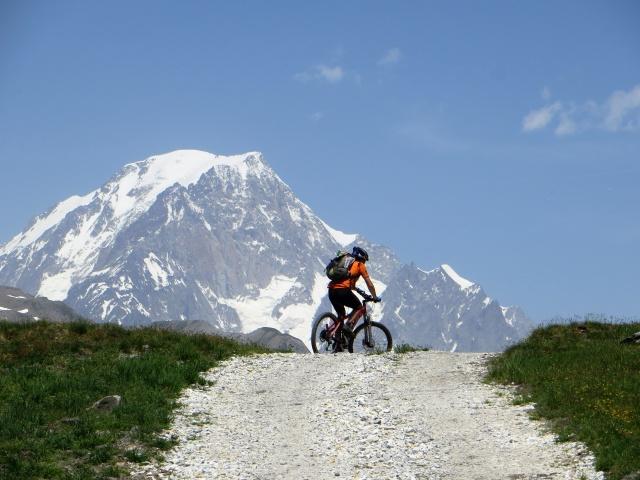 In direzione del Lago Longet - la vetta del Monte Bianco domina lo scenario