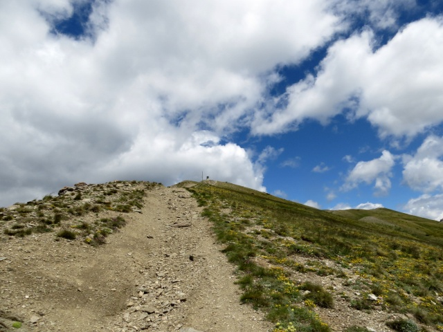 Il sentiero che scende dalla sommità del Monte Genevris