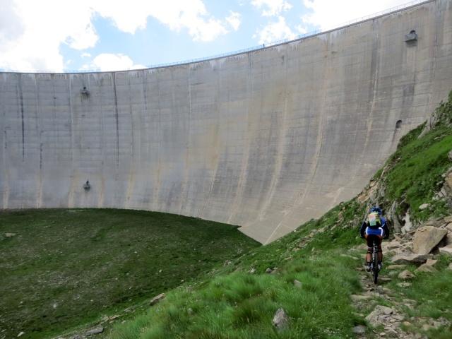 Il sentiero che scende dalla diga del Lago del Naret