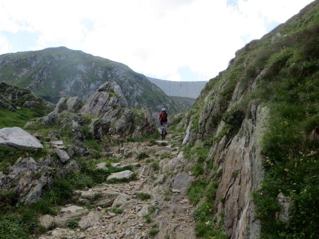 Il sentiero che scende dalla diga del Lago del Naret verso l'Alpe Forna