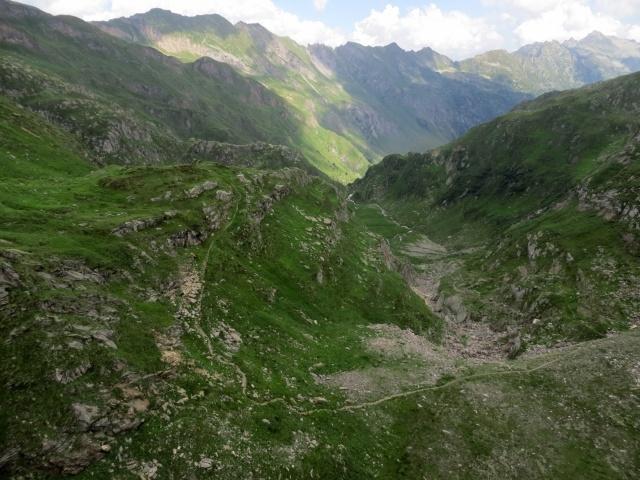 Panoramica sulla prima parte del sentiero che scende dalla diga del Lago del Naret verso l'Alpe Forna