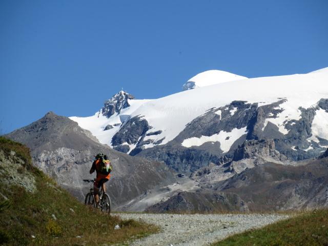Superata l'Alpe Cortina Superiore si apre grandioso primo piano sul Piccolo Cervino, sul Breithorn e sul ghiacciaio di Ventina