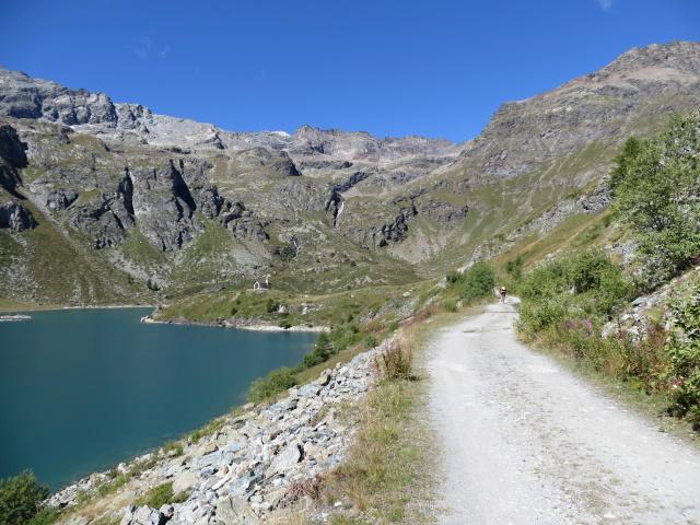 Lo sterrato che costeggia la sponda orientale del Lago di Cignana