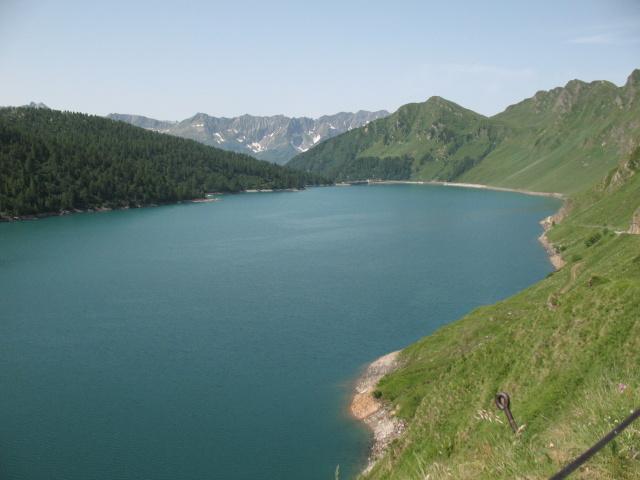 Panoramica Lago Ritom, sullo sfondo alcuni rilievi tra la Val Leventina e la Val Sambuco