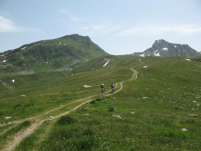 Dopo l'Alpe Carorescio in direzione del Passo del Sole, sullo sfondo il Passo delle Colombe