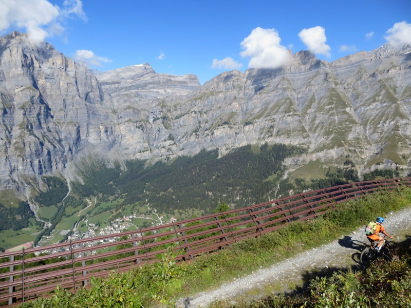 Salita alla Rinderhütte, sullo sfondo Leukerbad
