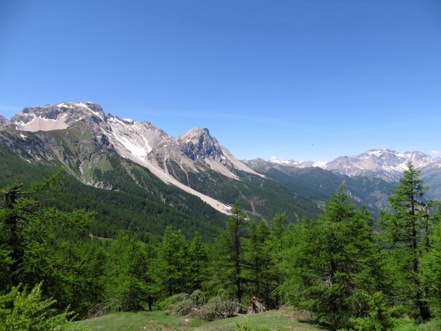 Panorama dal trail che scende dalla Madonna del Cotolivier - vista dell'area di Bardonecchia