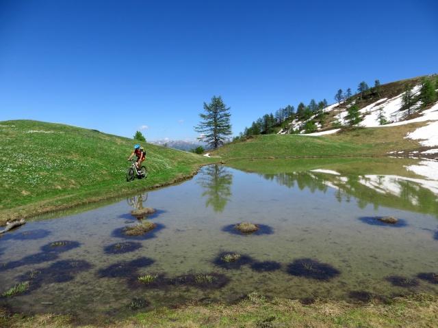 Il sentiero che corre parallelo al Lago Deserts