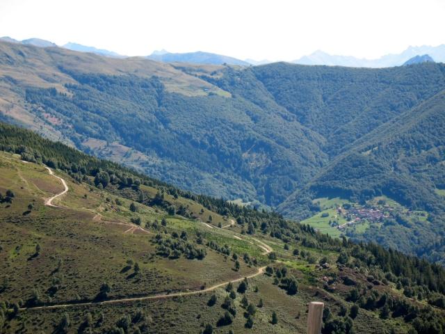 Panoramica sulla Val Colla con San Lucio sullo sfondo, da Motto della Croce