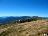 Capanna Monte Bar e catena del Monte Rosa sullo sfondo
