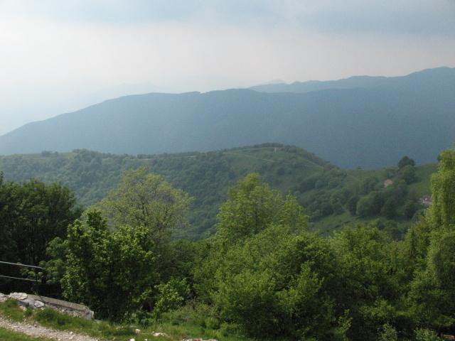 Panorama sulla discesa da percorrere in cresta dalla vetta del Bisbino