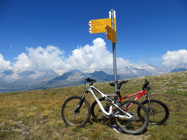 La palina informativa situata in prossimità della vetta del Breithorn, termine del tratto ciclabile