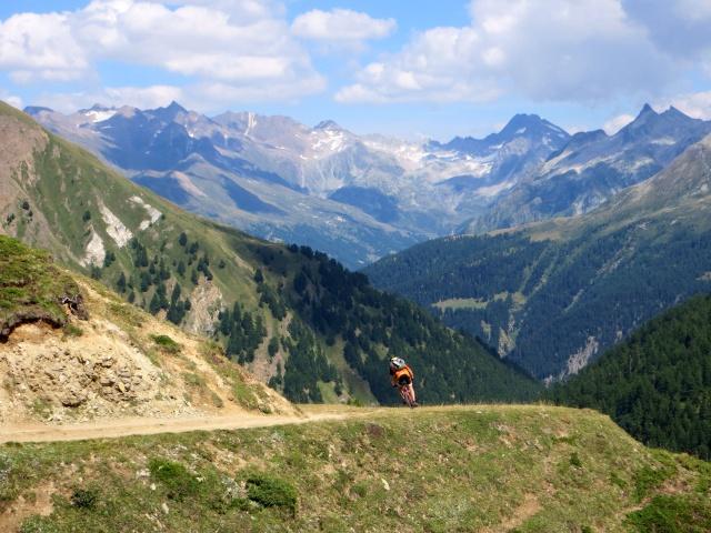 Discesa nella Saflischtal, sullo sfondo la Punta del Sabbione e la Punta d'Arbola (Val Formazza)