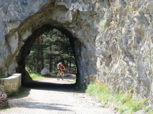 Una delle molteplici brevi gallerie lungo la ciclabile sterrata della Binntal