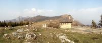 Rifugio Consiglieri con Corni di Canzo e Monte Rai sullo sfondo
