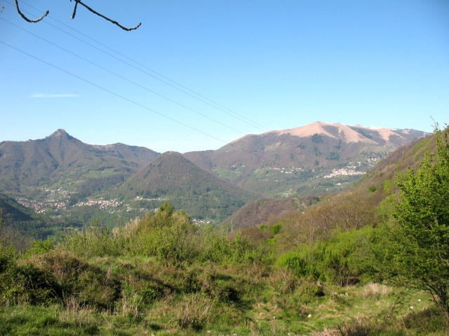 Rilievi della Valle d'Intelvi, Sasso Gordona (sx), san Zeno (centro) e Pizzo della Croce (dx)