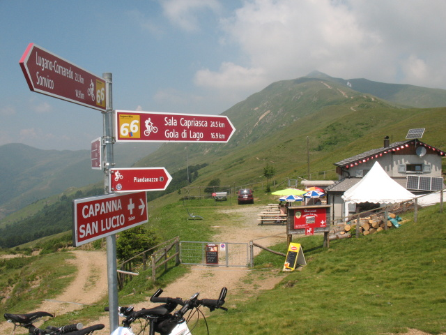 San Lucio, sullo sfondo l'anticima del Monte Gazzirola