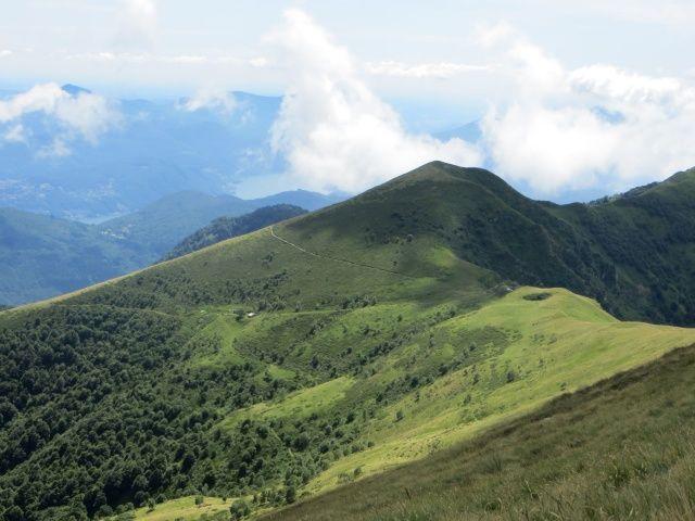 Passo d'Agario e la sottostante Alpe sotto la vetta del Monte Magno
