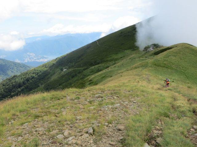 Discesa dal Monte Pola in direzione del Passo d'Agario