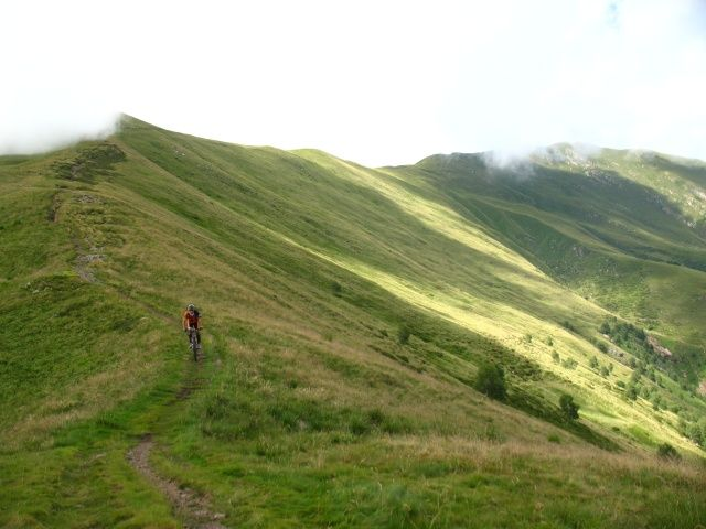 Discesa dal Monte Pola in direzione del Passo d'Agario, sullo sfondo (dx) la vetta del Gradiccioli tra le nuvole