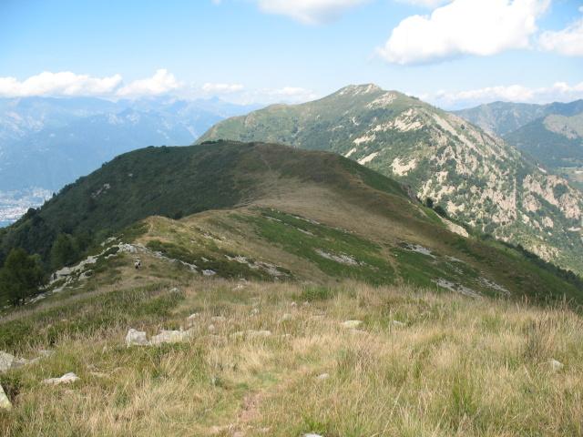 Monte Paglione (primo piano) e Monte Gambarogno dalla sommità del Monte Covreto