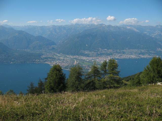 Vista su Ascona e Val Maggia durante la discesa verso Sant'Abbondio