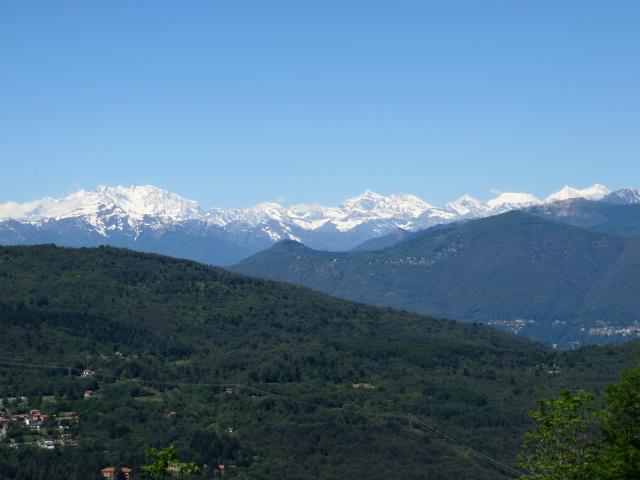 Salita al Sette Termini, sullo sfondo il Gruppo del Monte Rosa ed alcune vette del massicio del Mischabel
