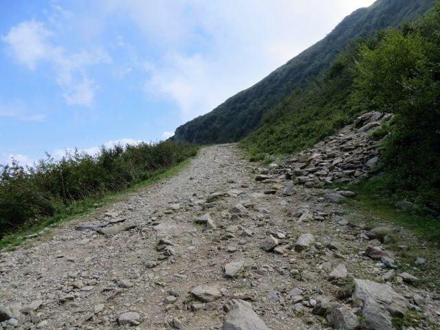 Ascesa alla Cima Manera, fondo pietroso molto impegnativo