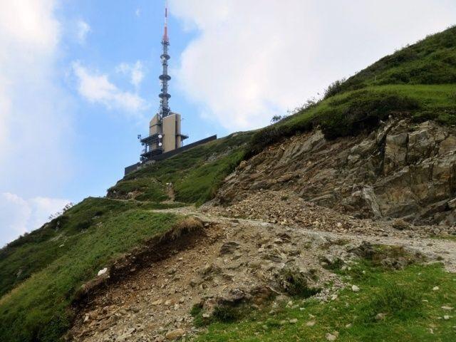 Arrivo alla Cima Manera con la caratterisitca antenna di telecomunicazioni