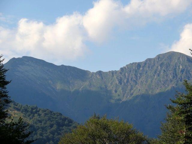 Strada per Torricella, panorama su Monte Tamaro (sx) e Motto Rotondo (dx), al centro la Bocchetta ove inizia il lungo sentiero in discesa