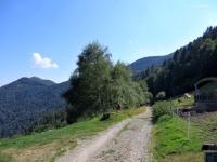 Dall'Alpe Farè all'Alpe di Torricella, sullo sfondo il Monte Ferraro